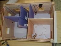Maqueta de madera con instalación eléctrica.
